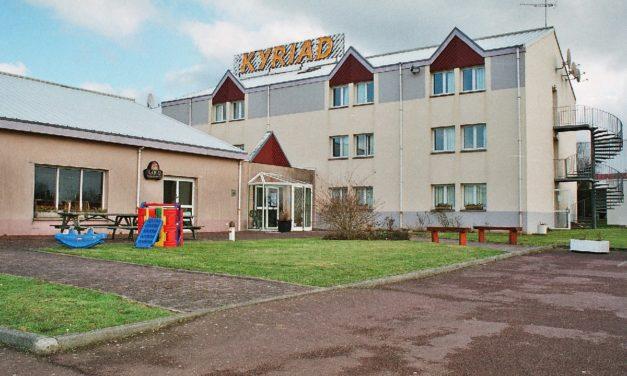 L'Hôtel Restaurant Kyriad à Carentan les Marais vous accueil avec le sourire !